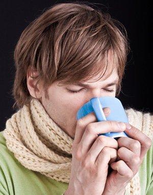 Erkältung - Mann trinkt wärmenden Tee