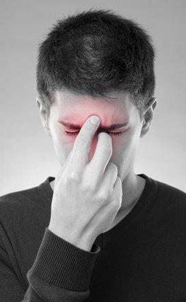 Mann mit Sinusitis Symptomen (schmerzen)